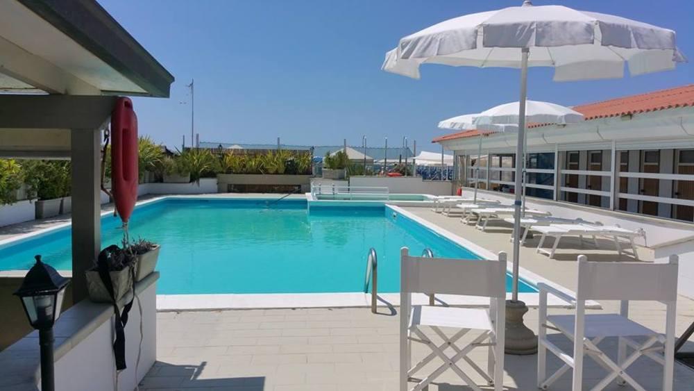 La spiaggia convenzionata bagno la pace hotel tahiti - Bagno amedea viareggio ...